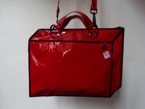 bv : LAKLEER: koffer  rood